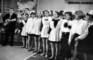 Якубович Евгений исполняет песню с одноклассницами